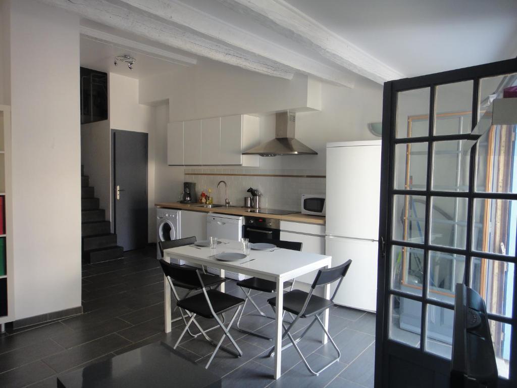 A kitchen or kitchenette at Le petit balcon de Cassis