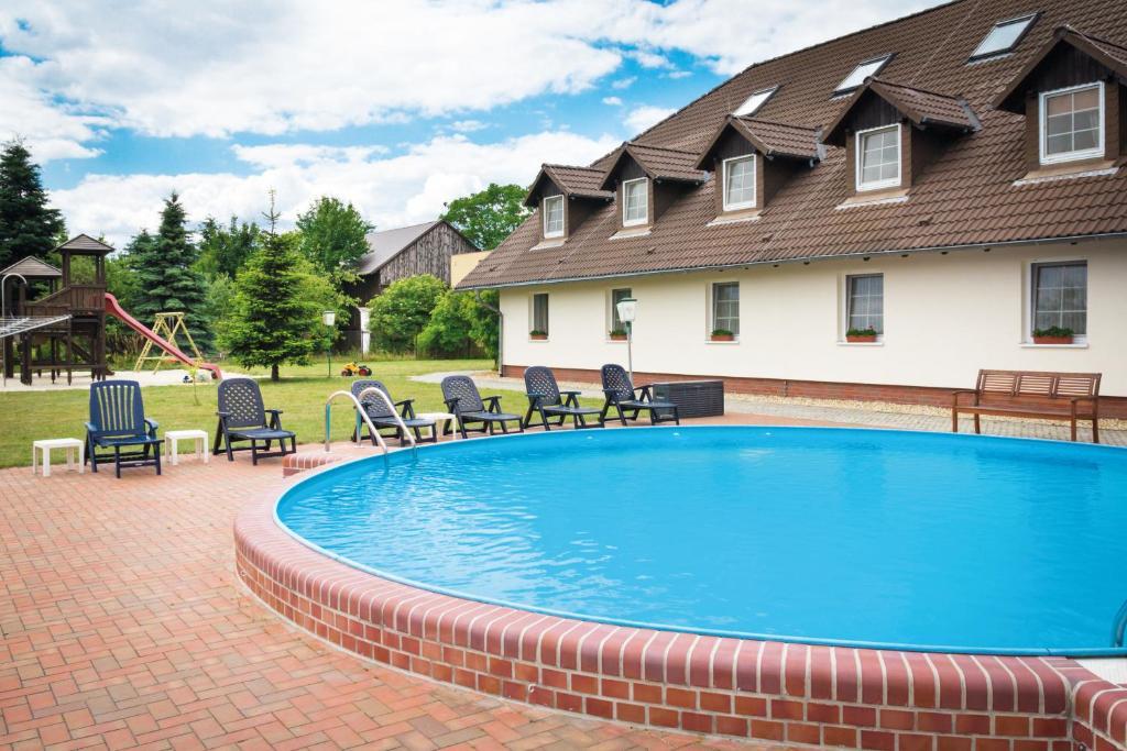 Der Swimmingpool an oder in der Nähe von Ferien Hotel Spreewald