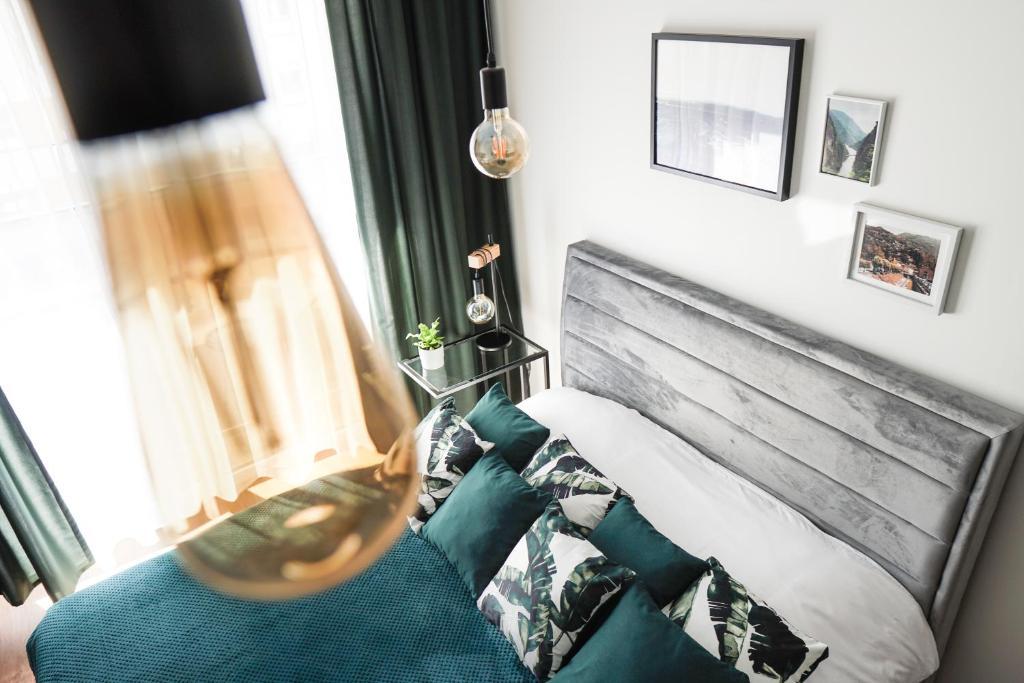A seating area at Vizzit Us Premium Apartments