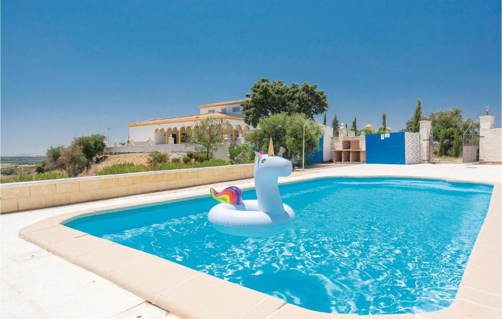 Amazing home in Lora del Río w/ WiFi, Outdoor swimming pool and 5 Bedrooms