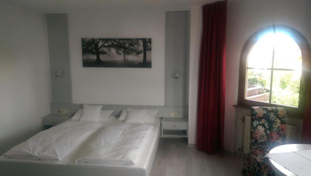 A bed or beds in a room at Leiselheimer Hof