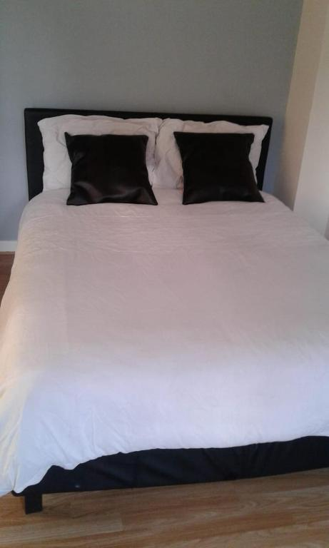 A bed or beds in a room at Queens road