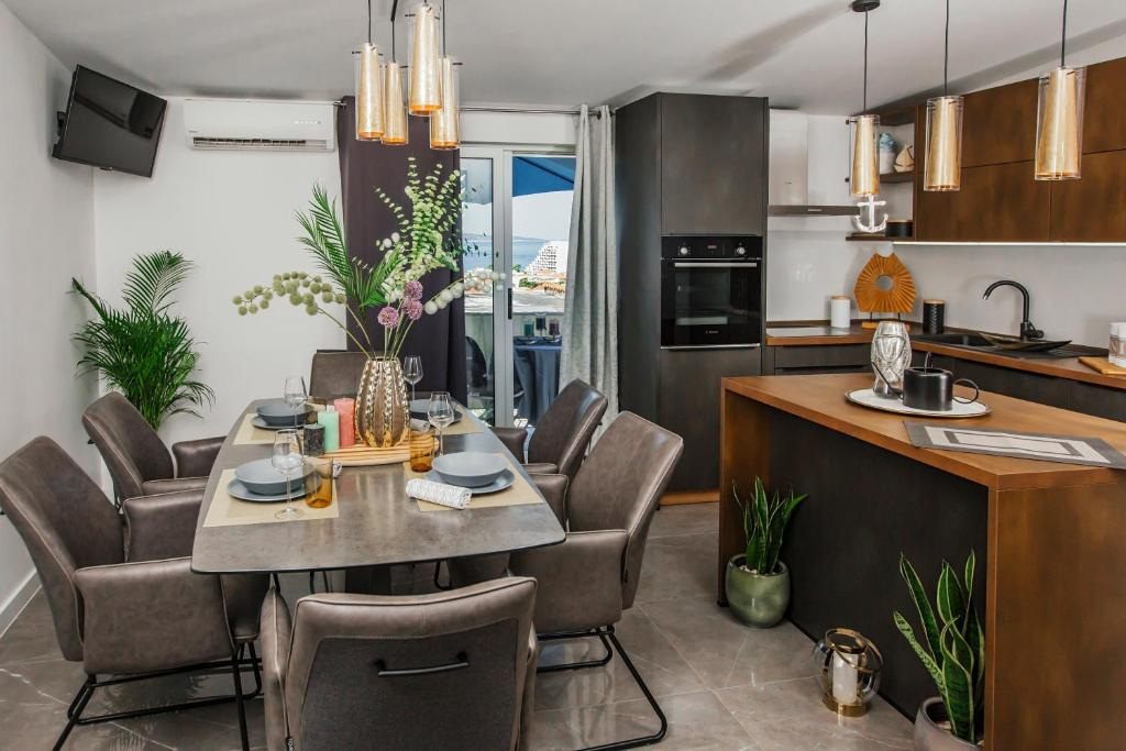 A kitchen or kitchenette at Apartments Nora