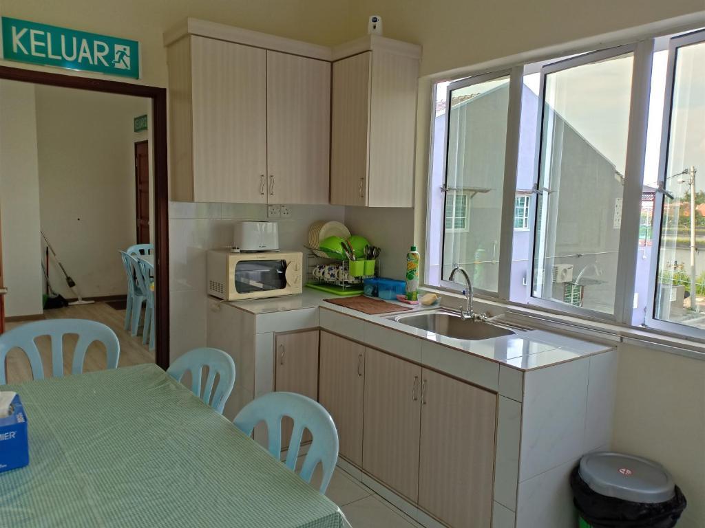 A kitchen or kitchenette at NZED GuestRoom, Lumut
