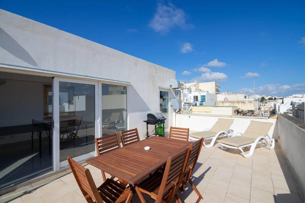Ferienhaus 5 Bedroom Townhouse Sleeps 22 Malta Sliema Booking Com