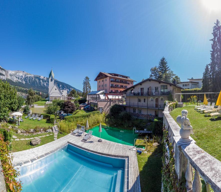 Вид на бассейн в Hotel Cresta или окрестностях