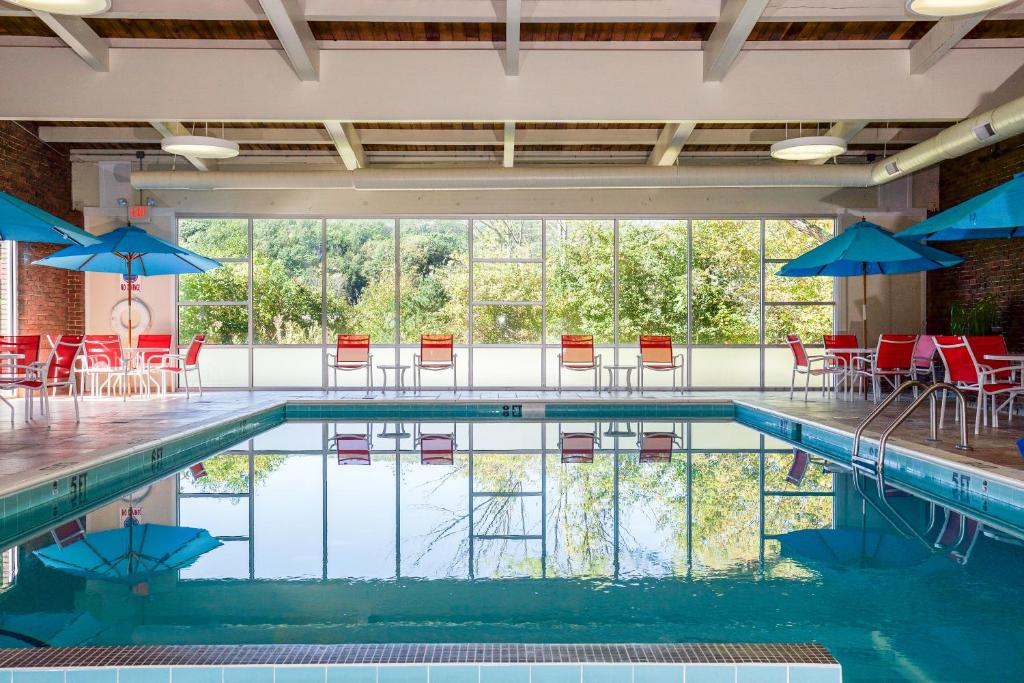 The swimming pool at or near White River Inn & Suites