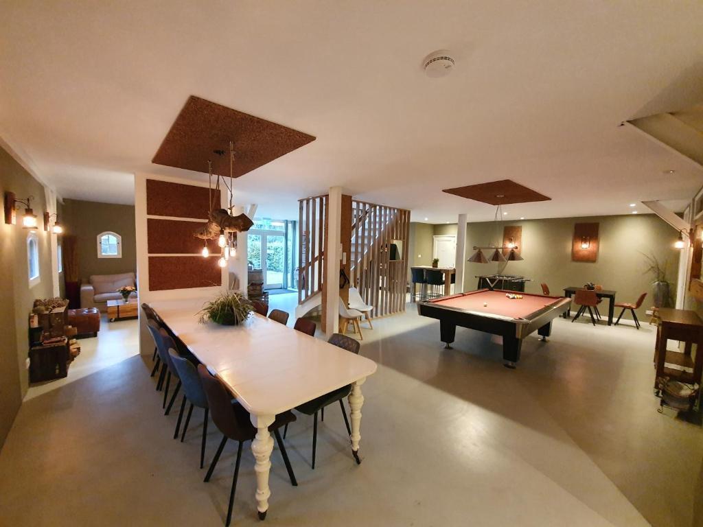 A pool table at B&B Resort Tremele