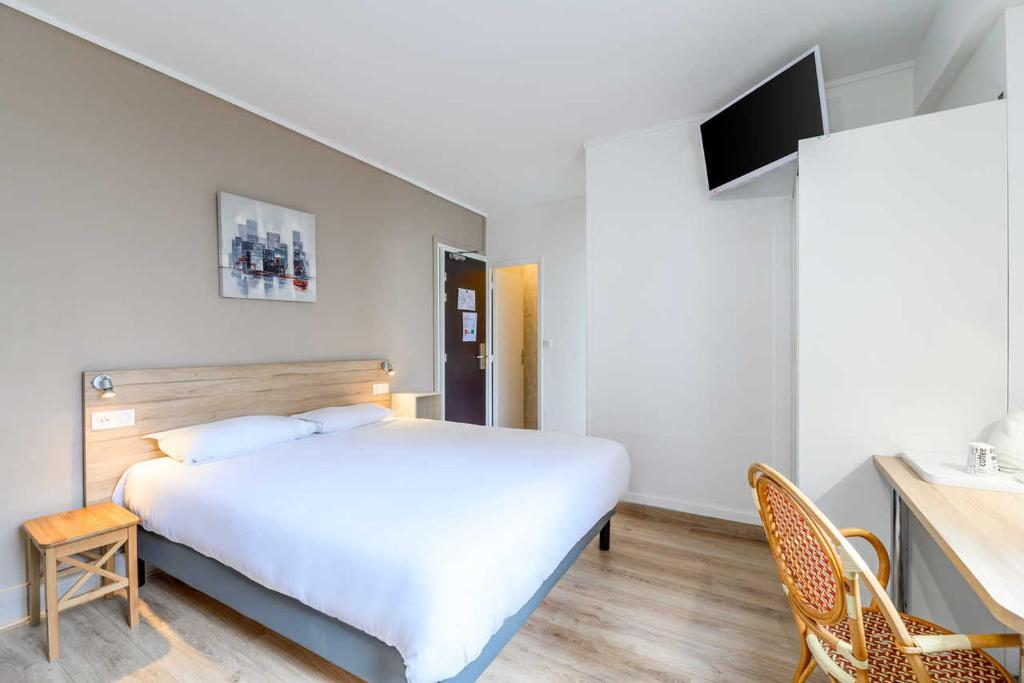 A bed or beds in a room at Comfort Hotel Rouen Alba