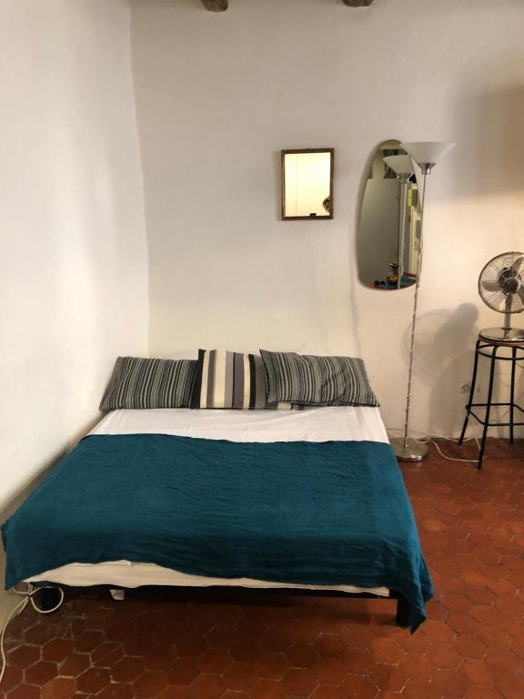 A bed or beds in a room at Studio au Panier