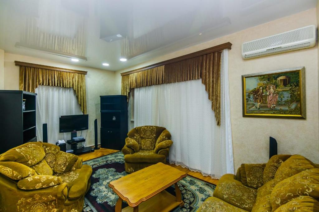 Uma área de estar em Apartment in Nizami street Fountain Square