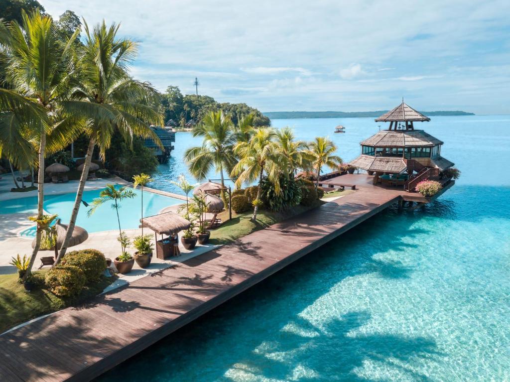 Вид на бассейн в Pearl Farm Beach Resort или окрестностях