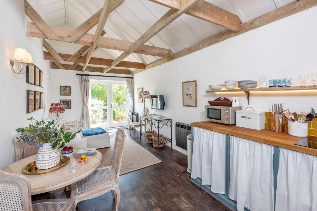 A kitchen or kitchenette at Charming cottage with parking outside Bath
