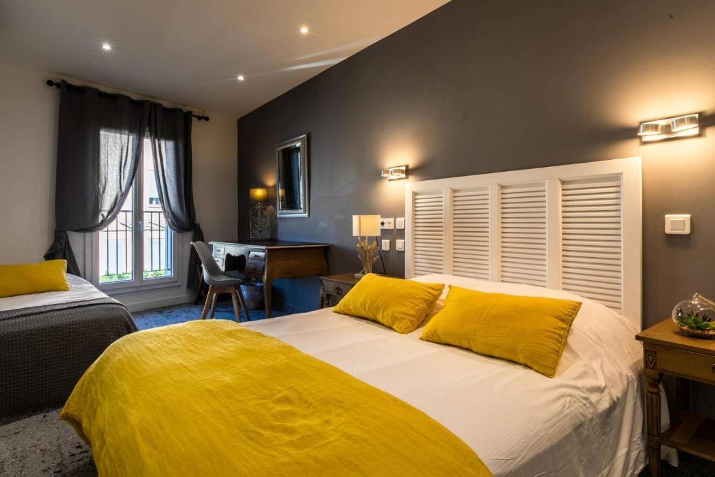 A bed or beds in a room at Hôtel Le Mistral