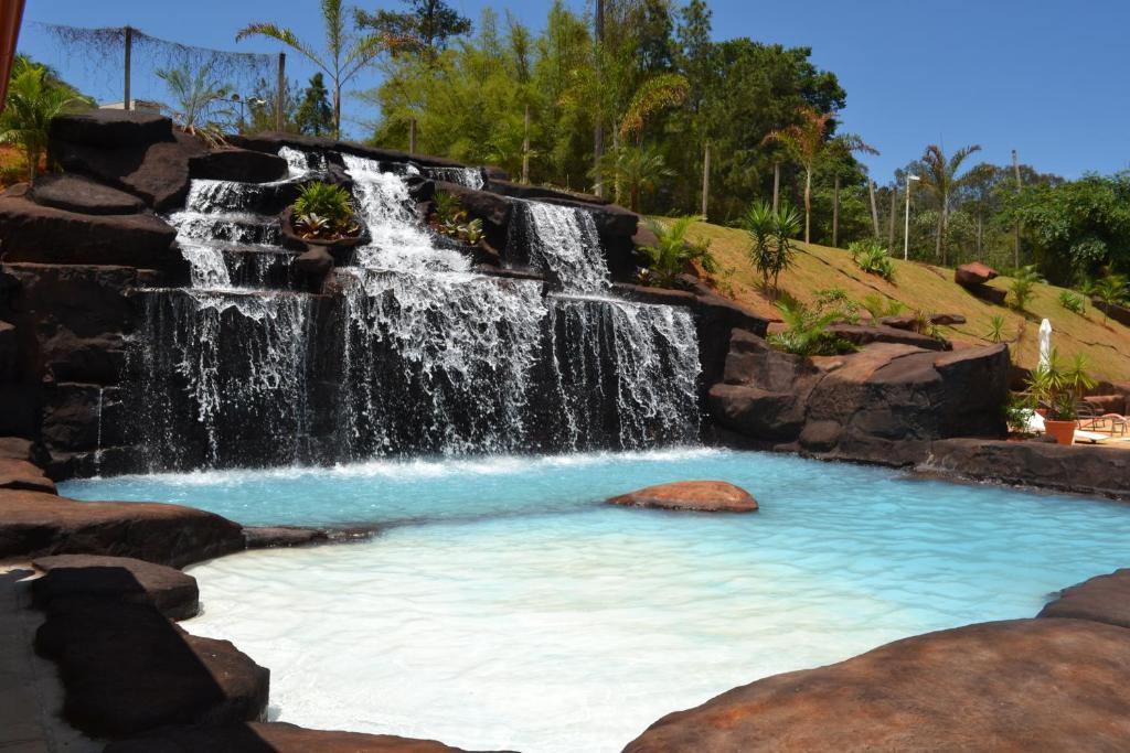 A piscina localizada em Pousada Le Sapê ou nos arredores