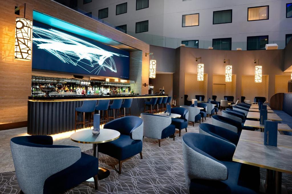 The lounge or bar area at Holiday Inn Express - London Heathrow T4, an IHG Hotel