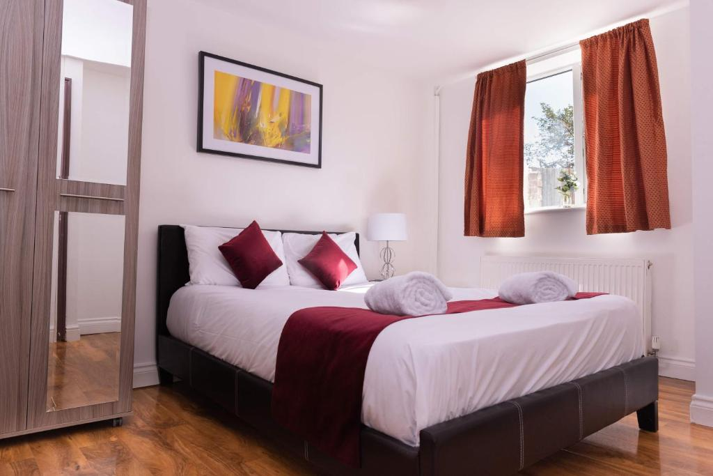 A bed or beds in a room at Alexandra Contractor House - FREE PARKING for Large Vans, FREE WiFi & Netflix By Firoz Property Management