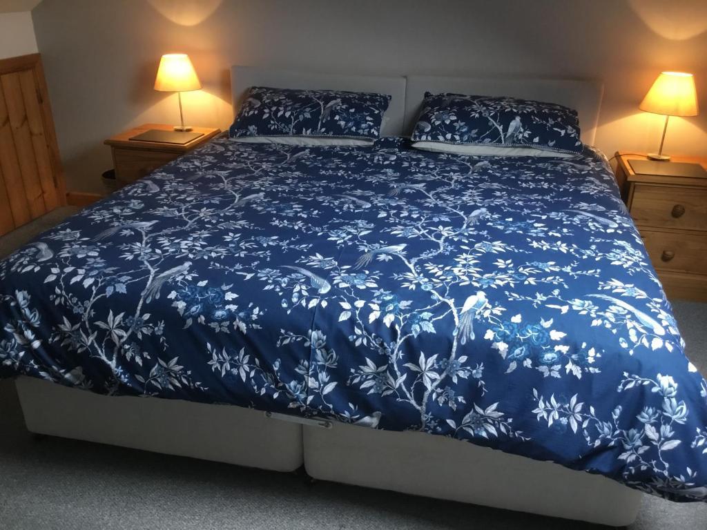 เตียงในห้องที่ Tyddyn Perthi Farm