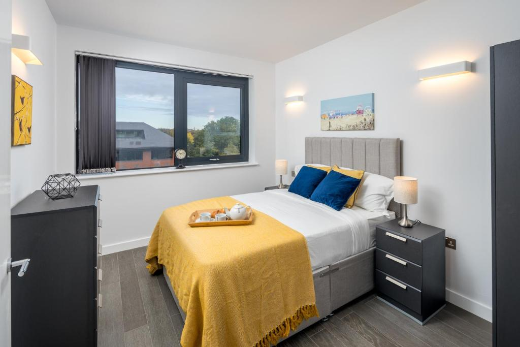 A bed or beds in a room at St Albans City Apartments - Near Luton Airport and Harry Potter World