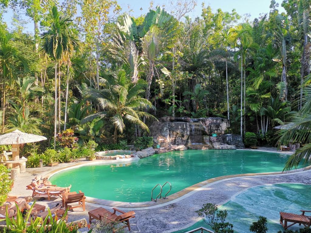 Der Swimmingpool an oder in der Nähe von Sepilok Jungle Resort