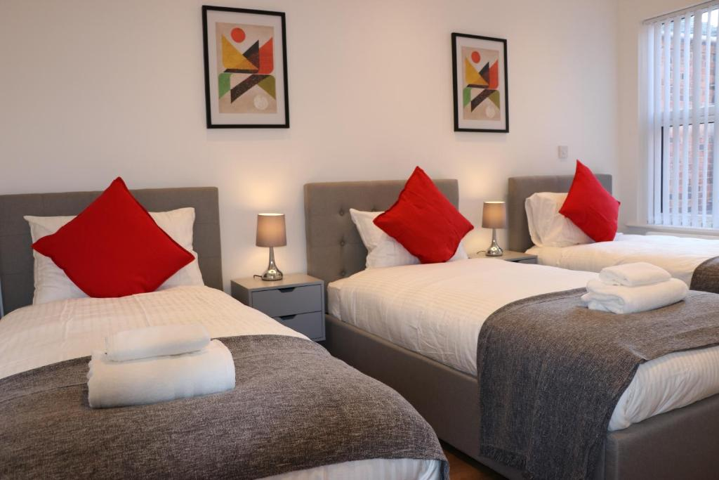 A bed or beds in a room at Newgate Apartments