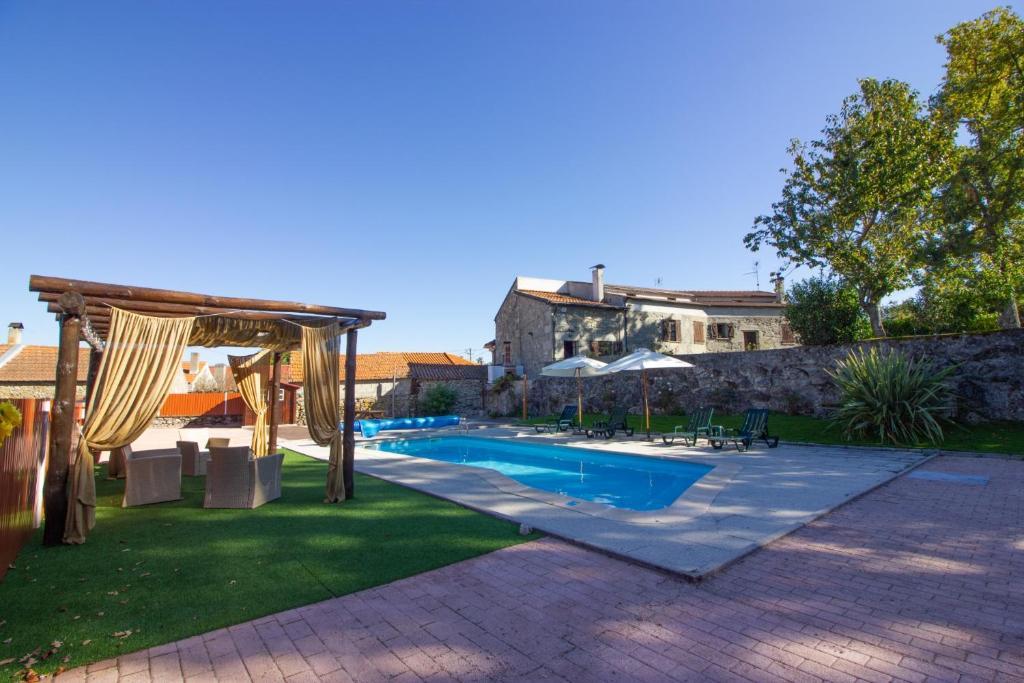 Swimmingpoolen hos eller tæt på Casa da Lomba