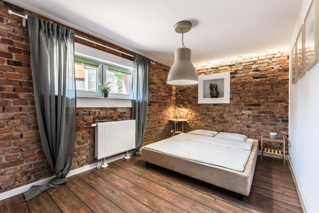 A bed or beds in a room at Apartamenty Wysocka