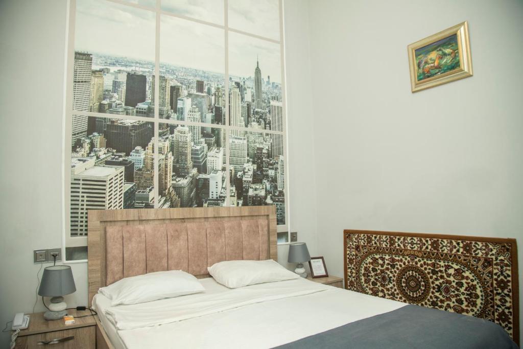 Cama ou camas em um quarto em Old Hotel In Baku