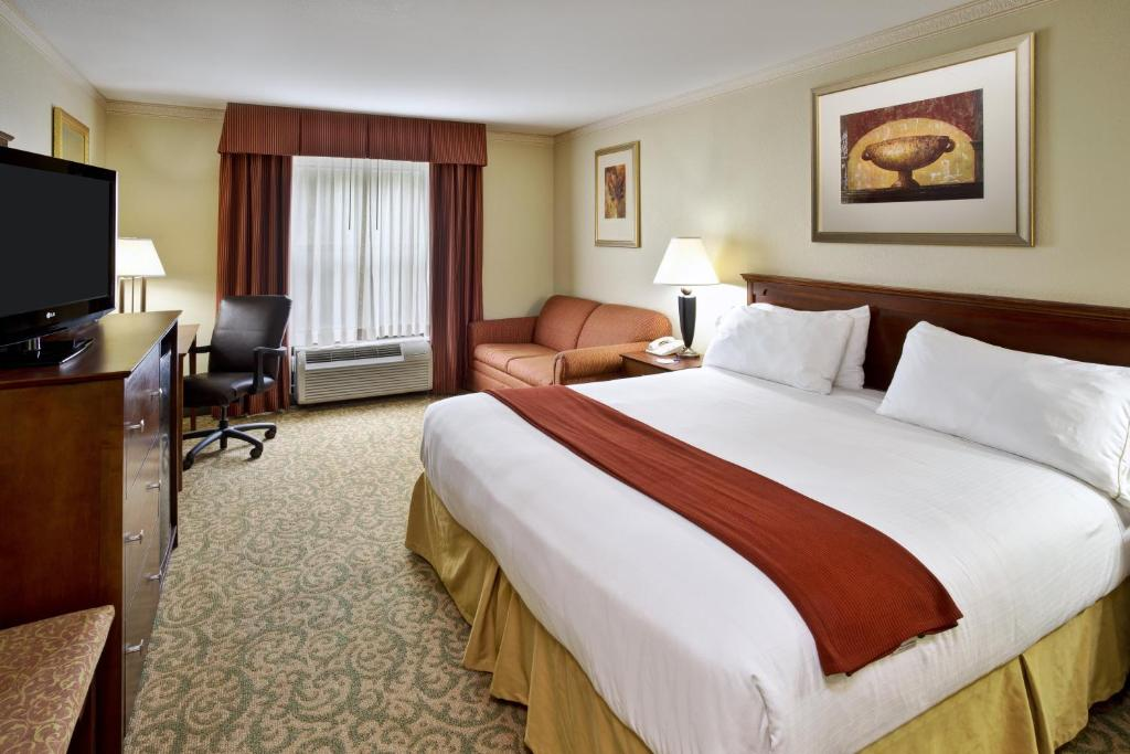 A bed or beds in a room at Holiday Inn Express Breaux Bridge, an IHG Hotel