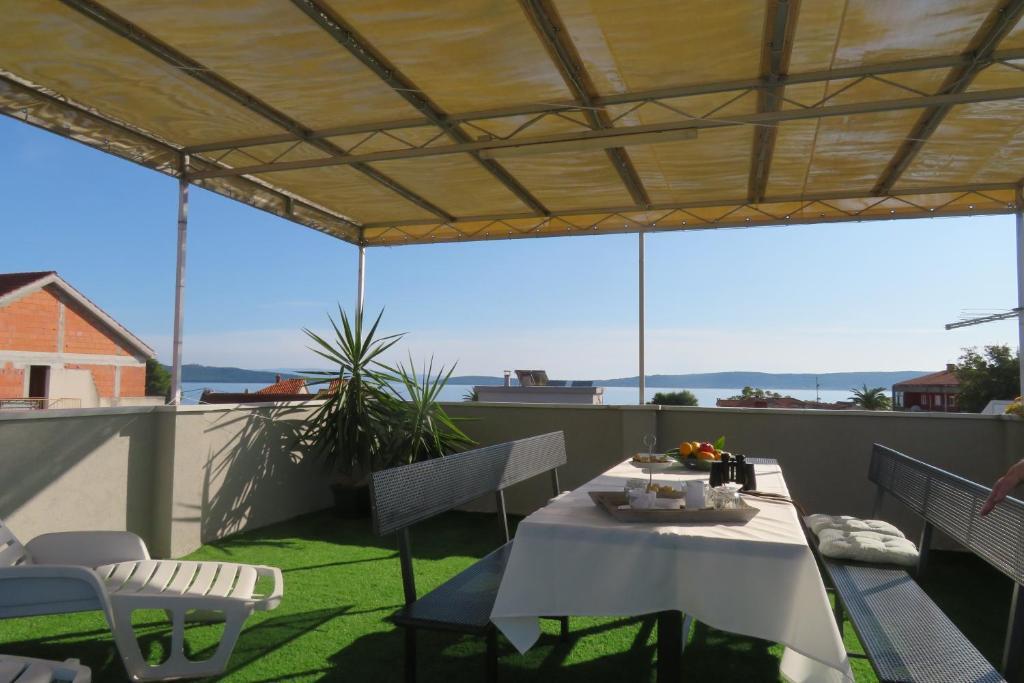 Restaurace v ubytování apartment by the sea and beach with roof terrace