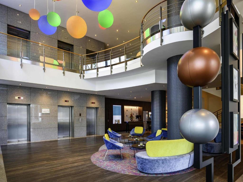 The lobby or reception area at Mercure Hotel Bochum City