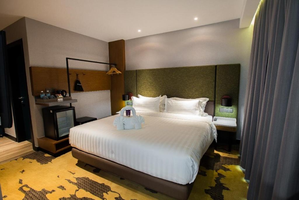 A bed or beds in a room at King Park Hotel Kota Kinabalu