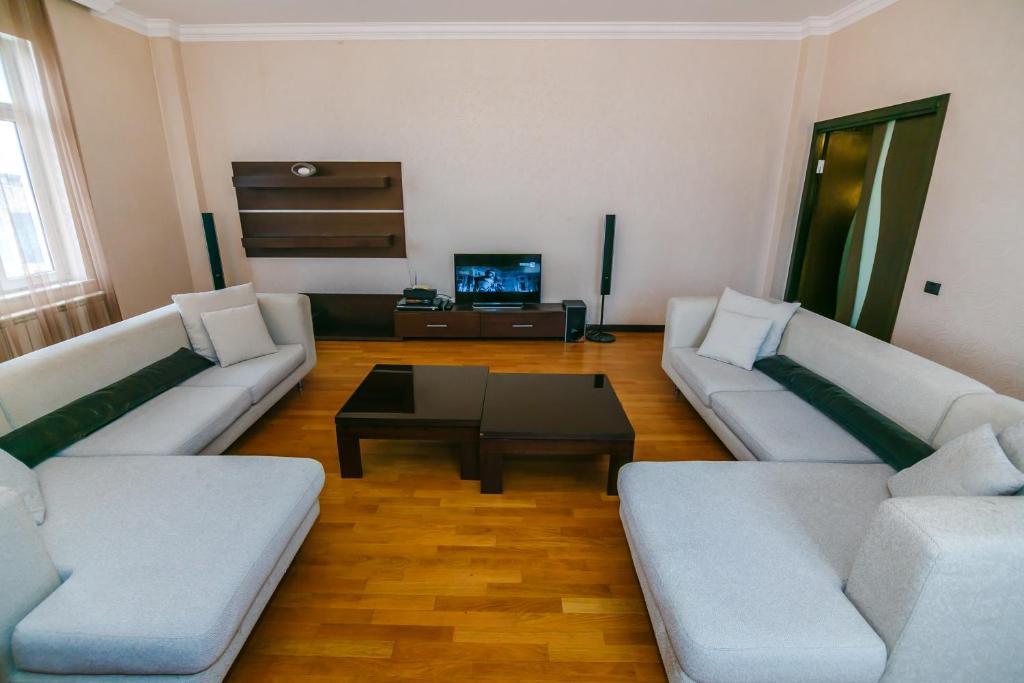 Uma área de estar em Apartment On Nargiz Mall