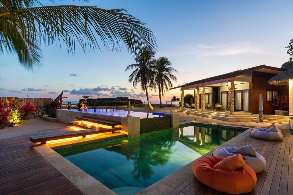 The swimming pool at or close to Manduna Resort