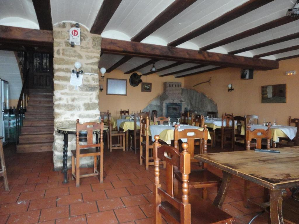 A restaurant or other place to eat at Hostal Venta Liara