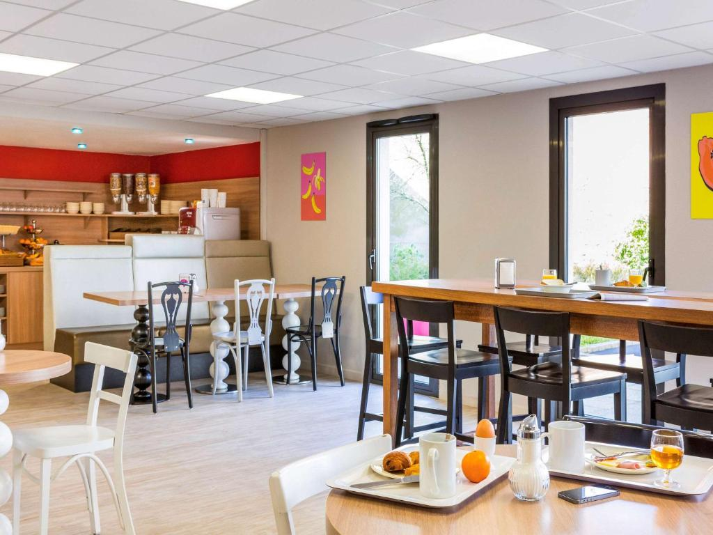 A restaurant or other place to eat at Aparthotel Adagio Access Rennes Centre