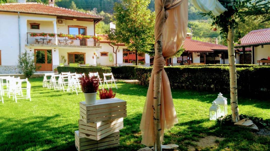 Градина пред Къща за гости Марияна