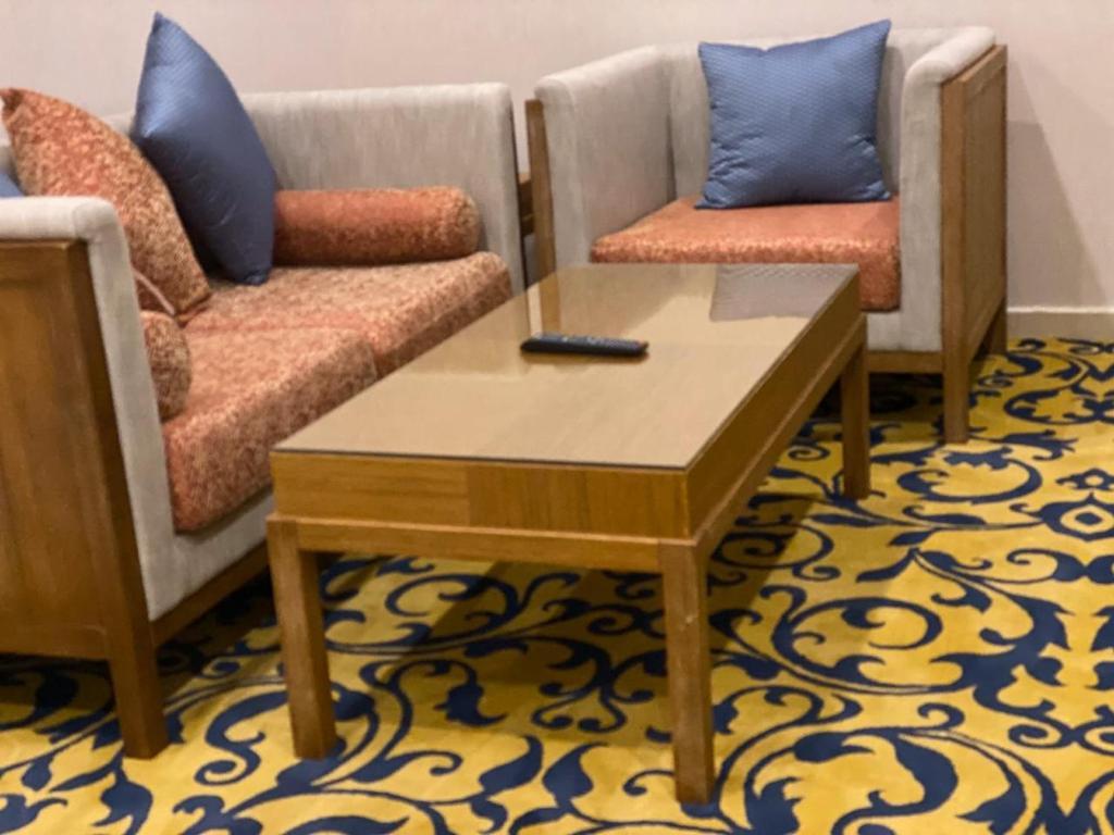 Uma área de estar em Dar Hashim Hotel Suites - Alnuzha