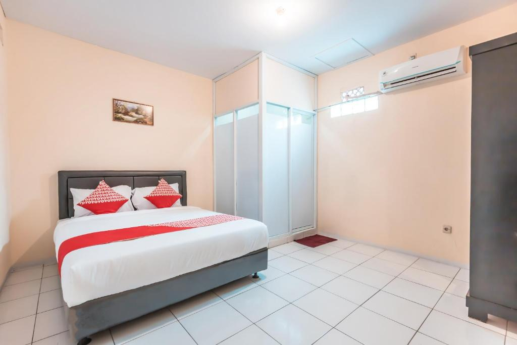 A bed or beds in a room at OYO 1868 J&b Room Pramuka