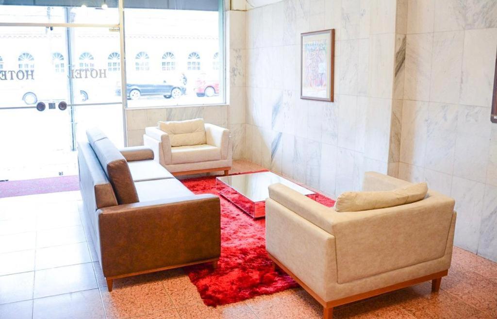 Uma área de estar em Mônaco Hotel