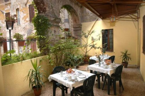 A restaurant or other place to eat at Hotel Umbria