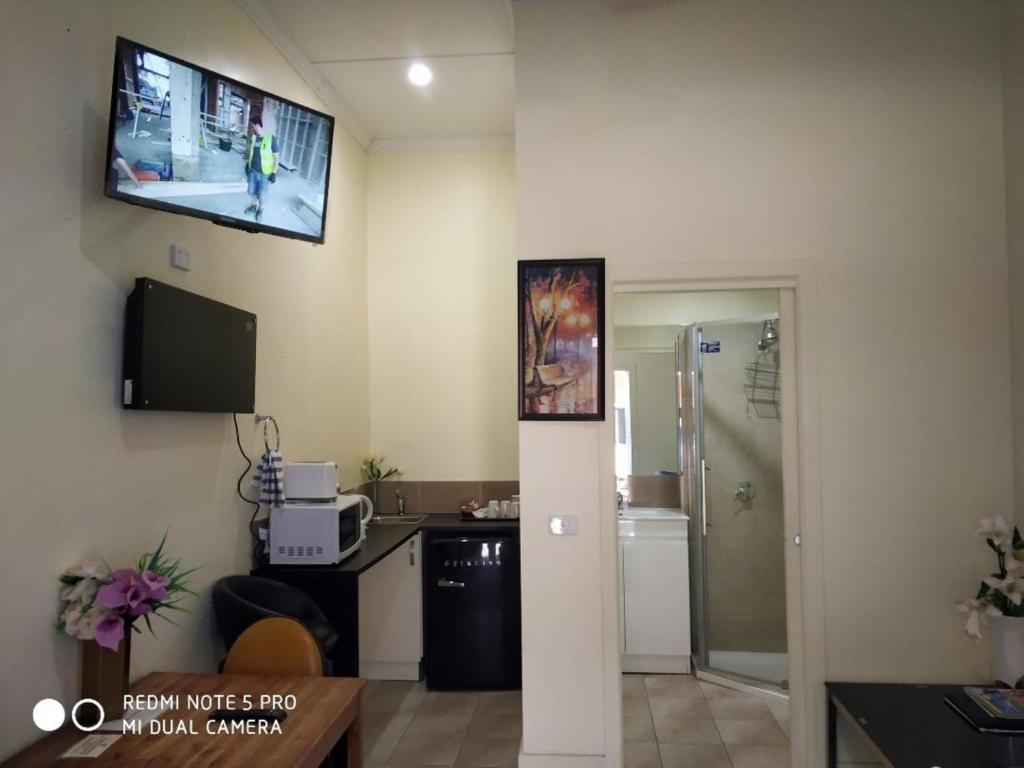 A television and/or entertainment centre at Albury Central Motel
