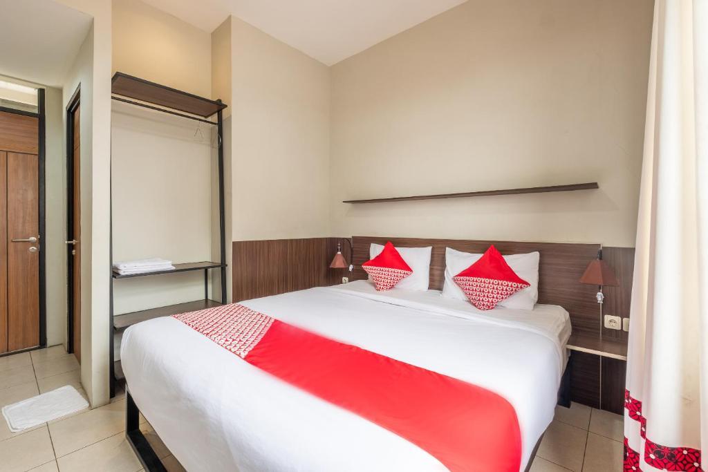 A bed or beds in a room at OYO 535 Cileunyi Residence Syariah
