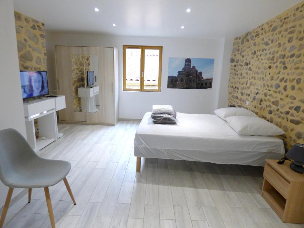 Un ou plusieurs lits dans un hébergement de l'établissement Maison de 3 chambres a Brioude avec magnifique vue sur la ville et WiFi