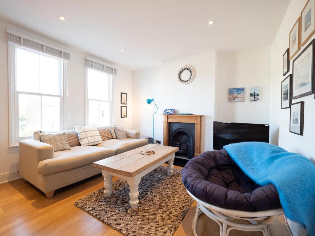 A seating area at Sail Away - 2 bed apartment near the seaside