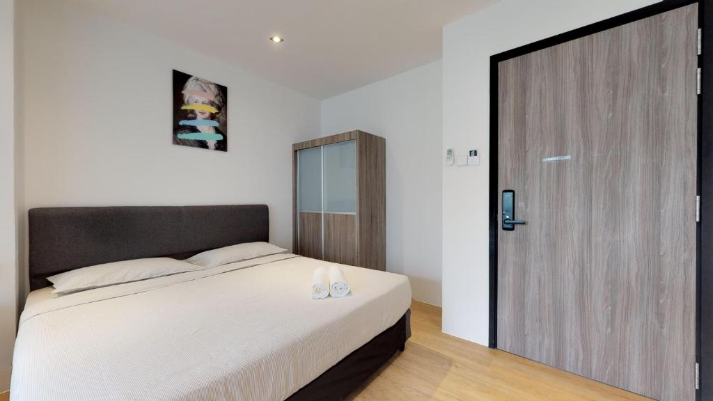 A bed or beds in a room at International Service Apartments at Raeburn Park