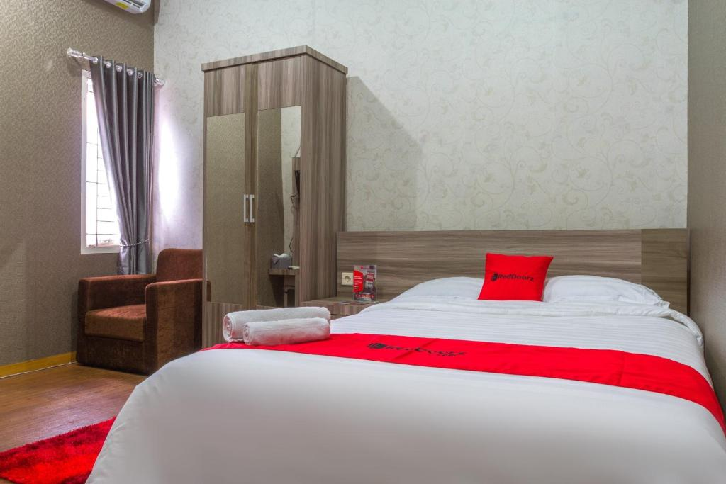 A bed or beds in a room at RedDoorz Plus near IPDN