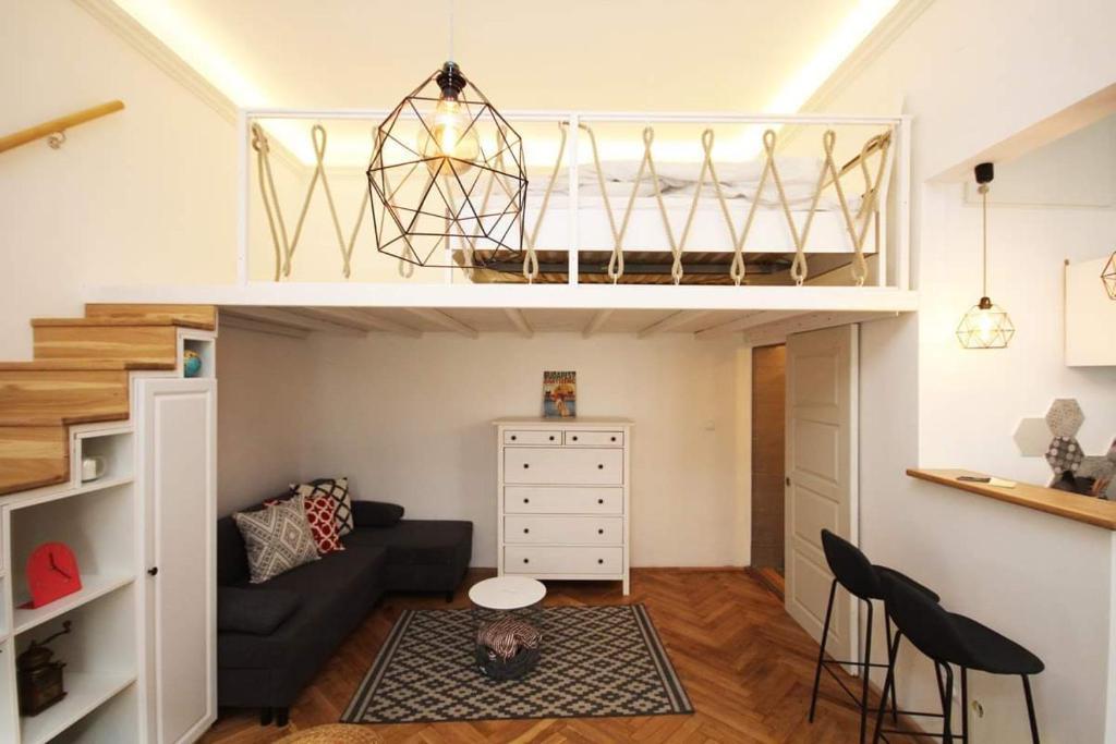 Palanda nebo palandy na pokoji v ubytování Lovely downtown home in Budapest
