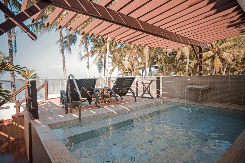 The swimming pool at or close to Boracay Mandarin Island Hotel