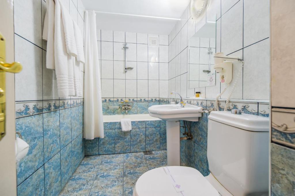 A bathroom at Hotel Imparatul Romanilor